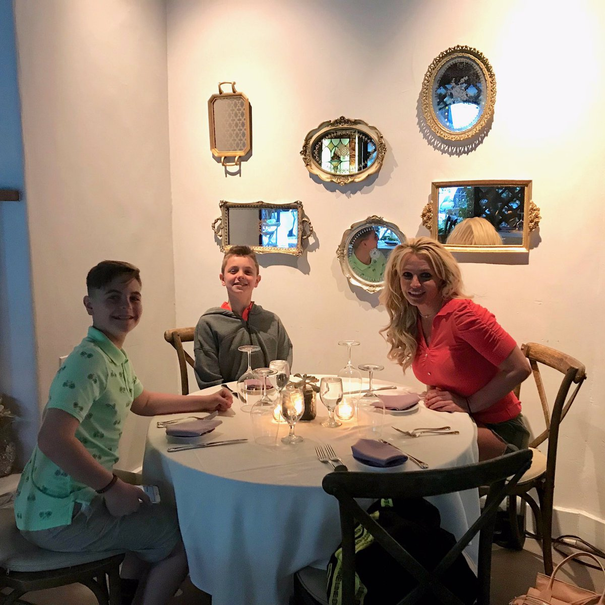 Dinner with my boys at one of our favorite spots ???????????? https://t.co/mYMAXEjTkO