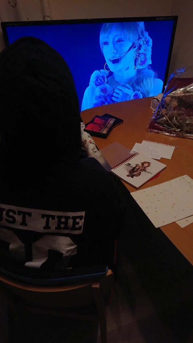 test ツイッターメディア - 「嫁さんが大好きな浜崎あゆみさんの誕生日に入籍」というのを知ってくださったみたいで浜崎あゆみさんから結婚記念日にサプライズプレゼントが届きました。嫁さん泣いて喜んでました。キングオブ神対応。すぐDVD見ながらお礼の手紙を書き始めた嫁さん。感情爆発。本当にありがとうございました。 https://t.co/Z6K58Jnp0g