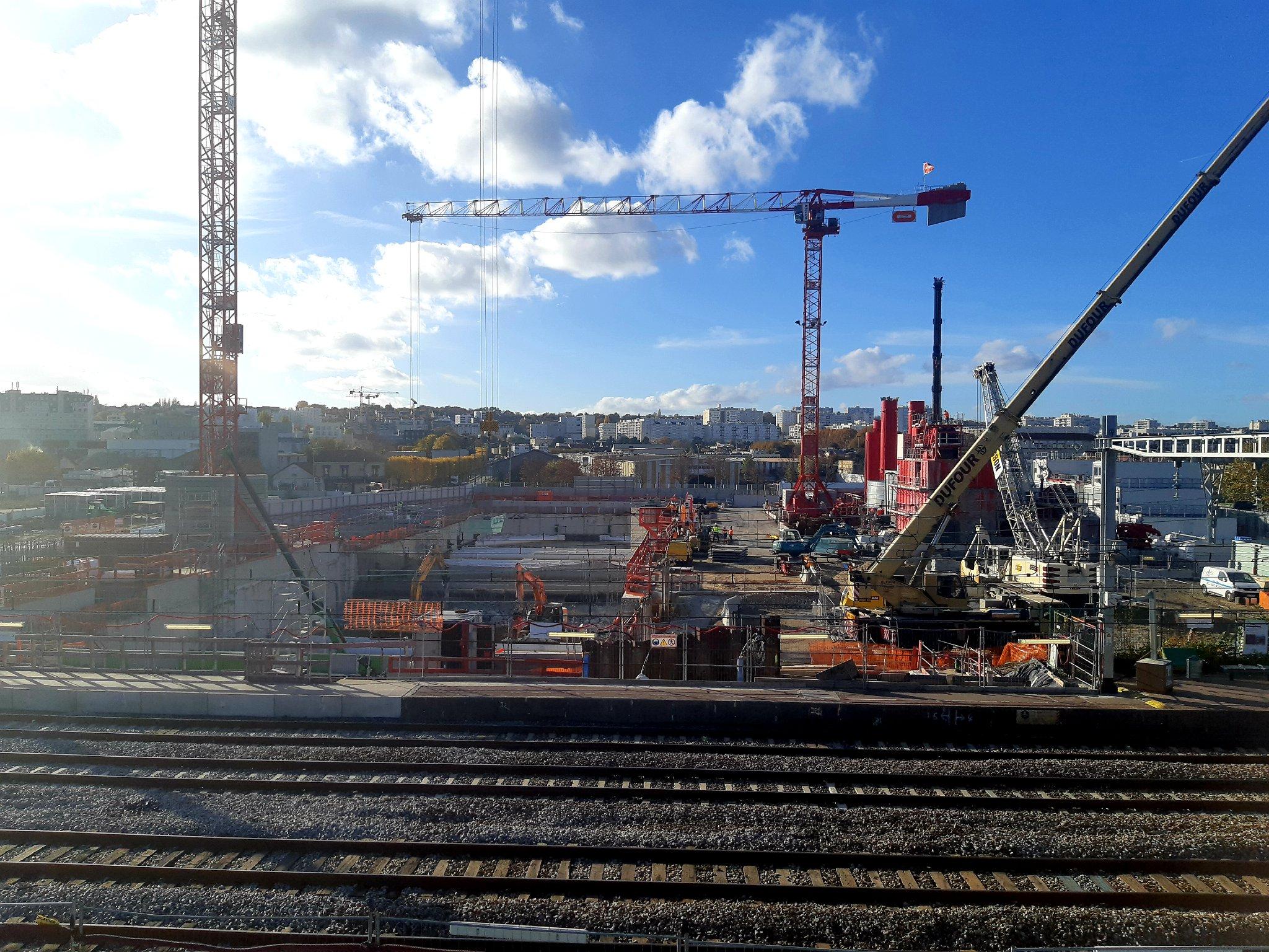 Visite du Chantier de la Gare des Ardoines sur @RERC_SNCF dans le cadre du projet Grand Paris Express. Les travaux pour l'installation des escaliers mécanique, des ascenseurs ainsi que l'élargissement des quais (d'environ 6m) sont en cours. #LeReseauAvanceIDF https://t.co/eRxqJYXPpU