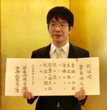 test ツイッターメディア - 将棋の第59期王位戦(東京新聞・中日新聞主催)で初王位を獲得した豊島将之王位(28)の就位式が14日、紅葉の日比谷公園内松本楼で開かれました。現在唯一複数の二冠に輝く実力者ながら、「とよぴー」と親しまれる柔和な瞳、雰囲気の新王位。ギャップが謎で深くて魅力です。就位式の模様は15日朝刊で。 https://t.co/JTBzOuBfaj
