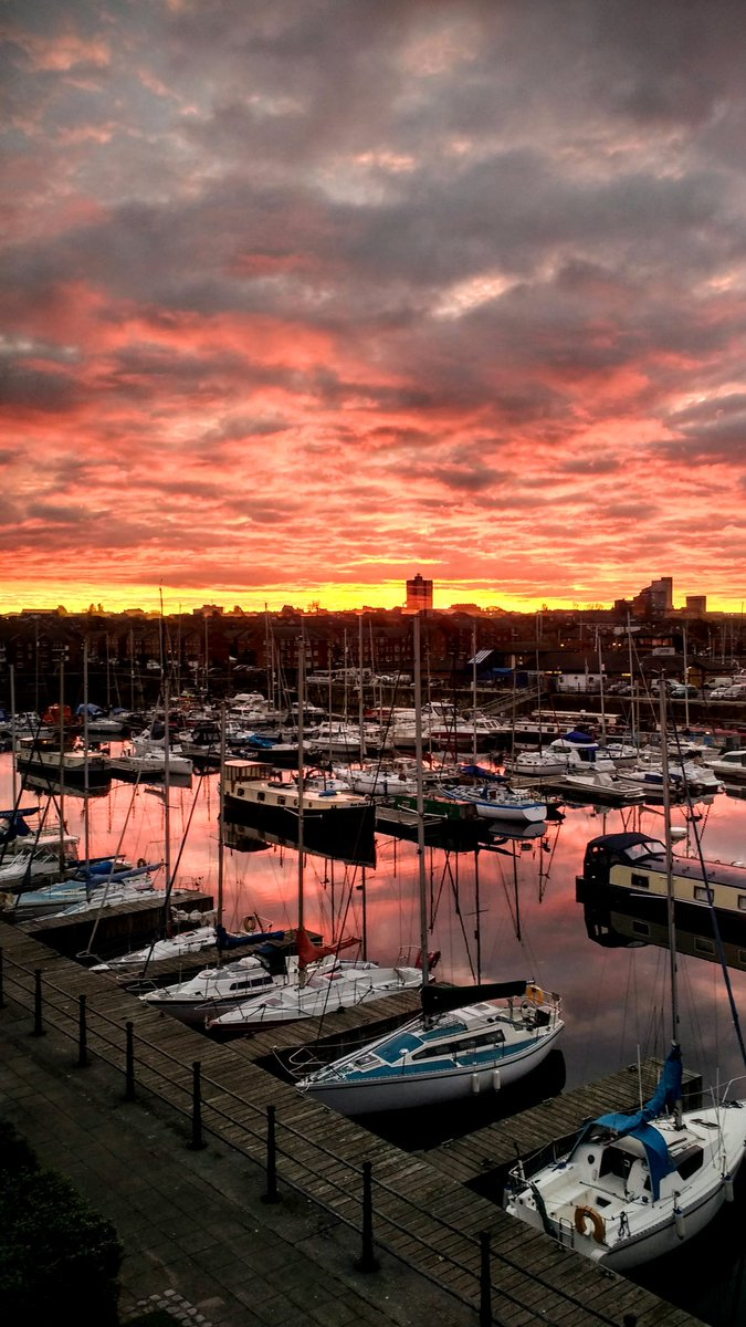A 'moody' sunrise over Liverpool Marina as seen from my flat. Love the colours on the water. #LoveLiverpool https://t.co/CYj8U26rSv