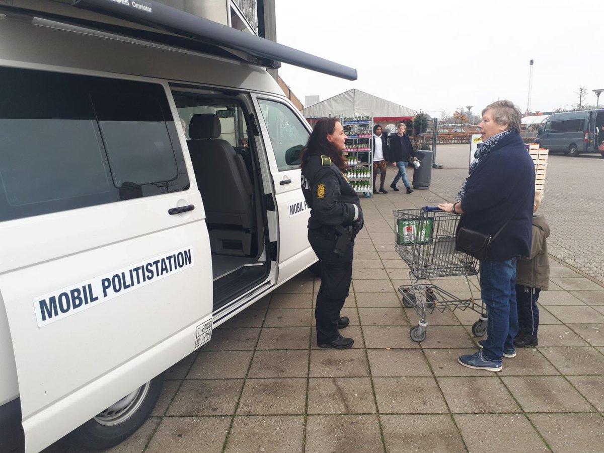 Lige nu kan du komme forbi vores nye, mobile politistation, der holder ved Føtex i Ribe. Håber vi ses :-) #politidk https://t.co/2q99nMDQOn