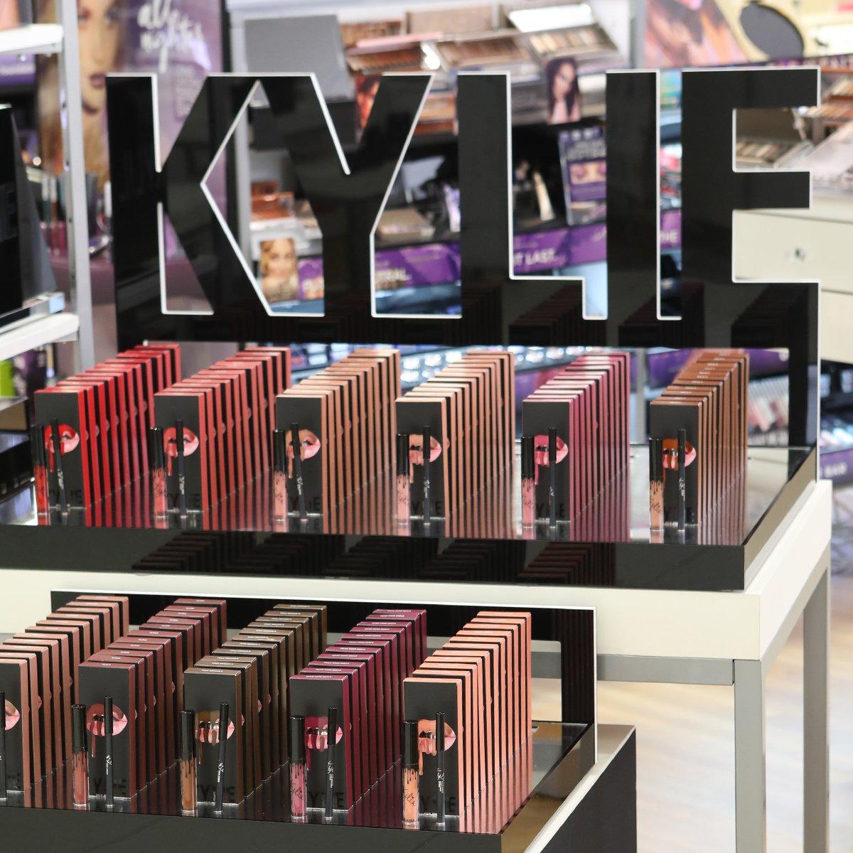 ???? @kyliecosmetics is dropping in EVERY Ulta Beauty store on 11/17 @ultabeauty https://t.co/cKV48vFB5D