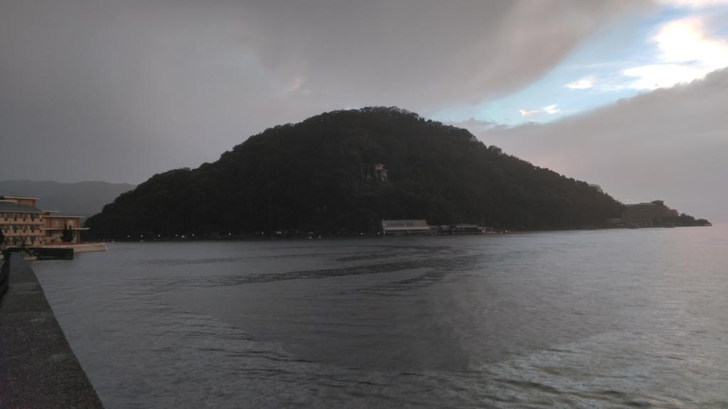 現在の淡島。 雨の中釣りをしているものの、釣果はいまいち・・・。 https://t.co/d3y6hUn9p4