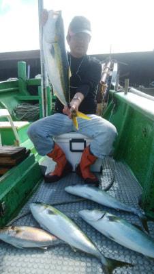 和歌山県中部 孝洋丸  落とし込み飲ませ釣りで出船しました。 潮動かず喰い渋かったです。ハリス切れ何回かあり残念でした。 釣果はメジロ カンパチです。  https://t.co/5dDpyDdW5G https://t.co/OqG5mYnE1J