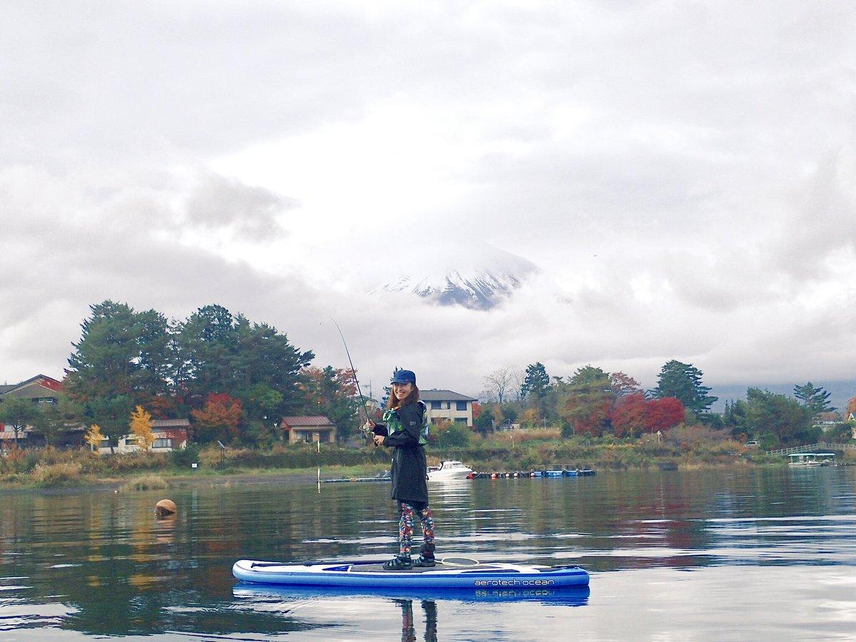 念願の!SUPでワカサギ釣ってやりましたよ!ブラックバスやブルーギルに邪魔されながらも2時間弱で50匹以上釣れました。 富士山と紅葉も見れたし、満足だ。 https://t.co/ZUL7WjyXkg