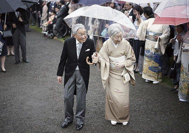 test ツイッターメディア - 1000RT:【無数の水滴】皇后さまとの「相合傘」、天皇陛下の濡れた右肩に感動 https://t.co/dslG9hi31P  傘を皇后さまに寄せる形で持たれていた天皇陛下。皇后さまを雨から守る姿に「ジーンとしました」などの声が寄せられた。 https://t.co/IiP31L2YSw