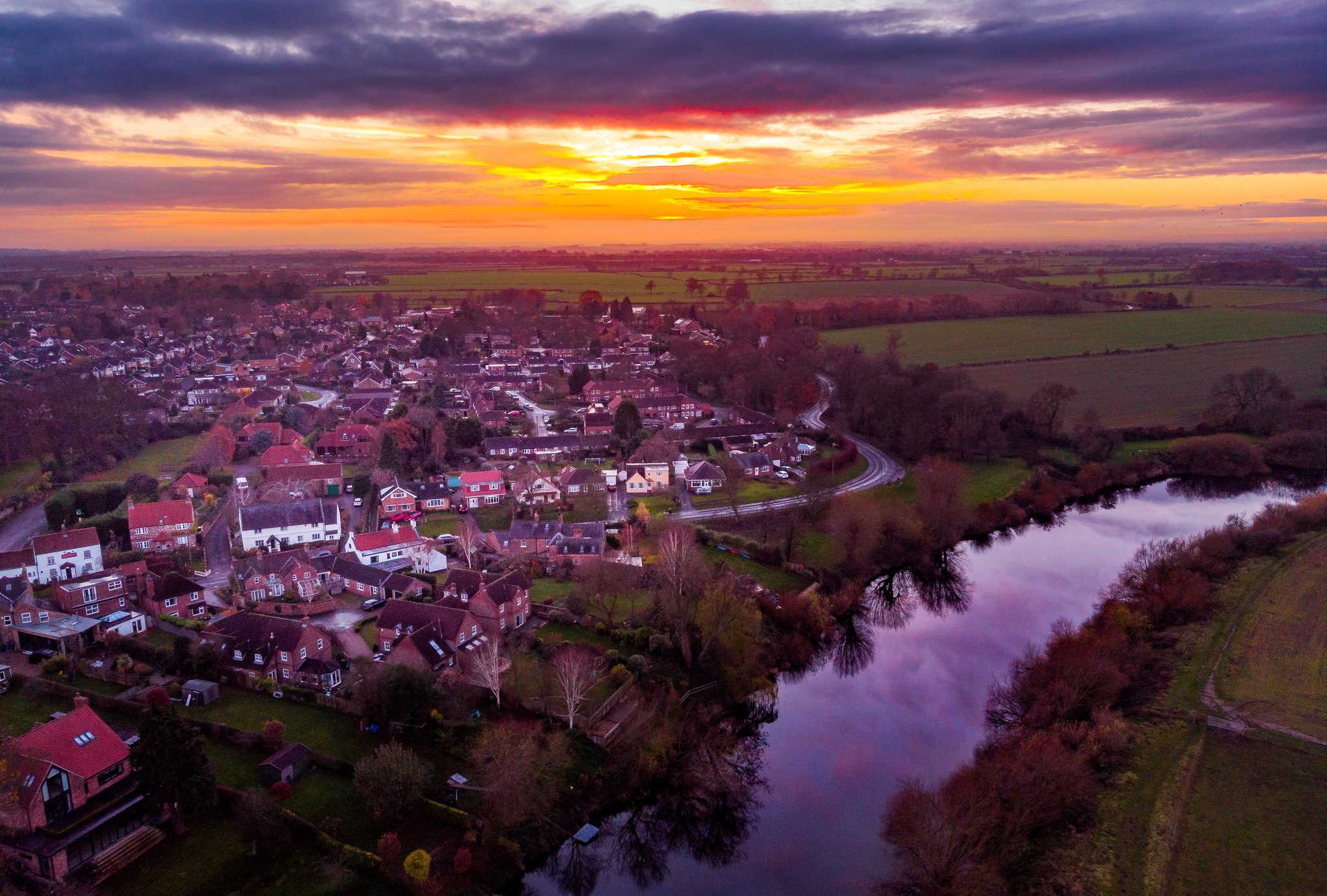 Hello from below .... And good afternoon from Nether Poppleton, York 😀 Had to get out for a stroll....  #MavicAir https://t.co/eyAshFNuEr