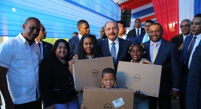 @DaniloMedina entrega centro educativo en Los Guaricanos https://t.co/qwJvifqjXr https://t.co/sXH2P30kpo
