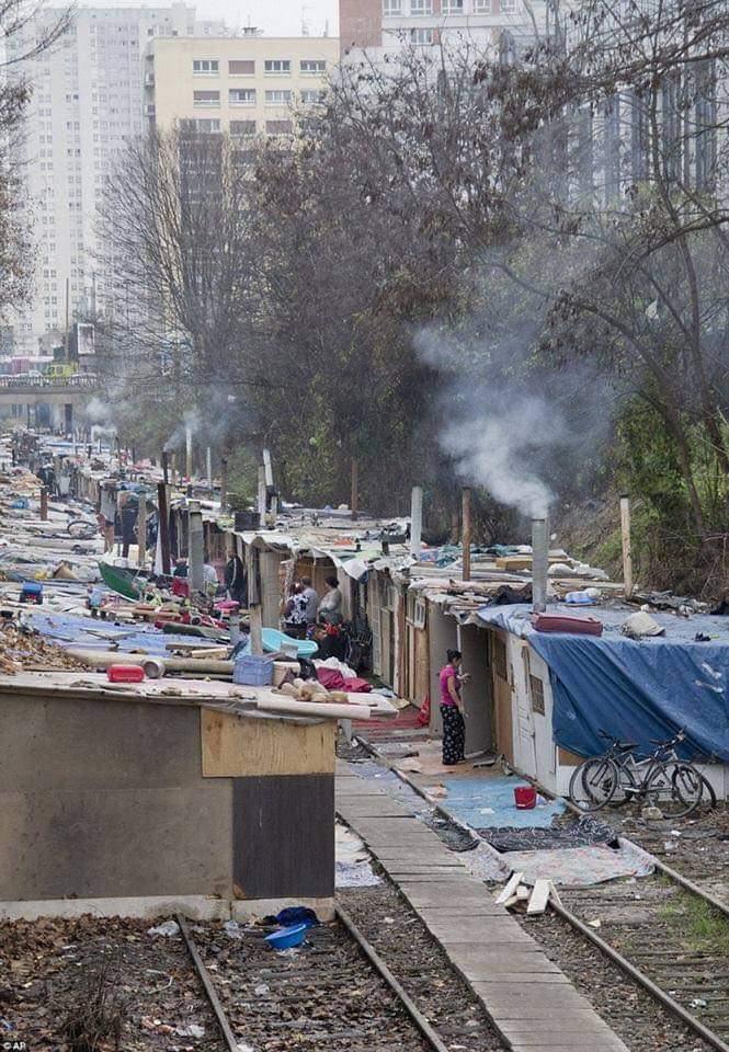 Não, esta não é a periferia de Mumbai. É Paris! https://t.co/P5fhStrWwE