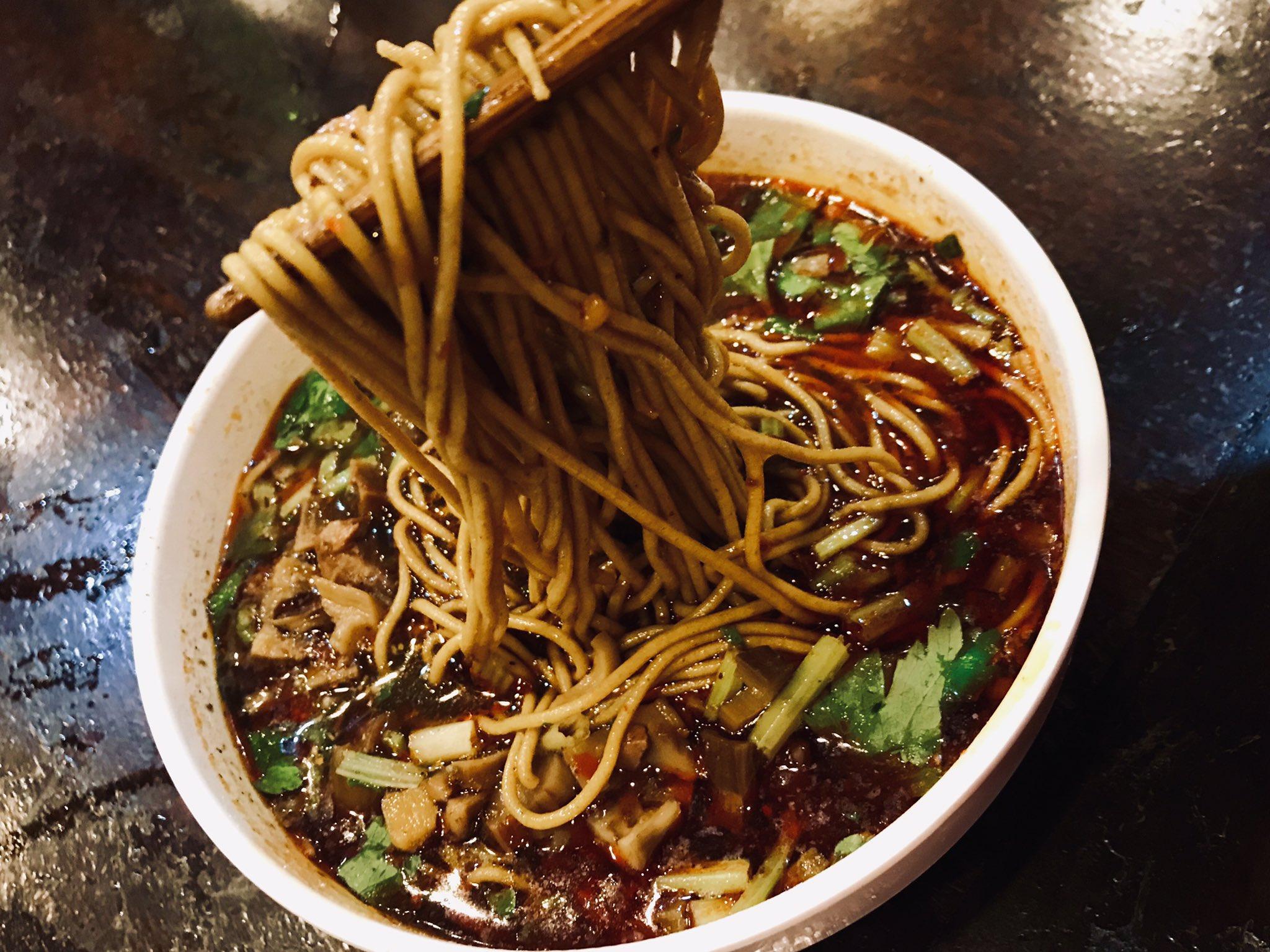 成都三大ババア飯。王婆蕎麦。 牛肉蕎麦15元。紅油か清湯タイプか選べる。王婆さんが始めた蕎麦屋らしい。中国で蕎麦は珍しい。蕎麦粉100%なのか強い蕎麦の香り。それを抑え込むだけの香辛料。日本的な感じも若干する。むむむと唸る旨さ。大満足味。 https://t.co/2VlF4eLHTZ