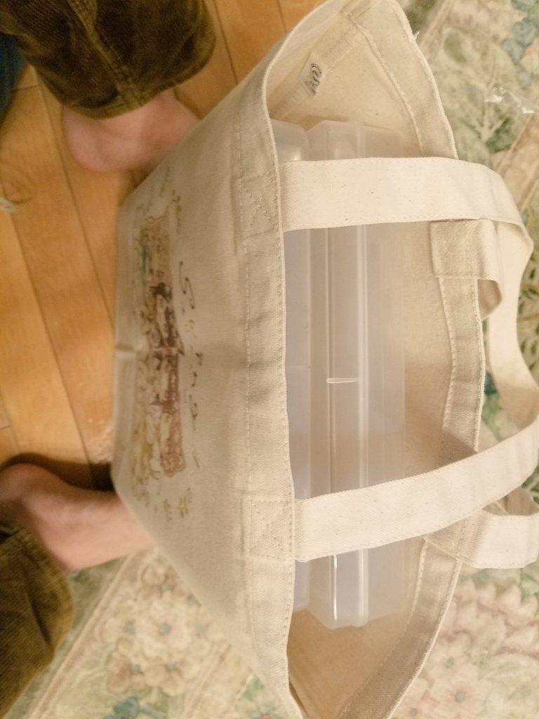 test ツイッターメディア - 佐倉おりこ先生(@sakura_oriko)のイラストトートバッグ到着しました!!  めっちゃかわいい!!  色味もふんわりして優しい感じだし、コミケで使っても劣化気にしなくてよさげ! A4クリアケースも2つ入るしバッチリです!  コミケの時に持って行くの忘れにようにせねば!! https://t.co/wik6OFCaP9
