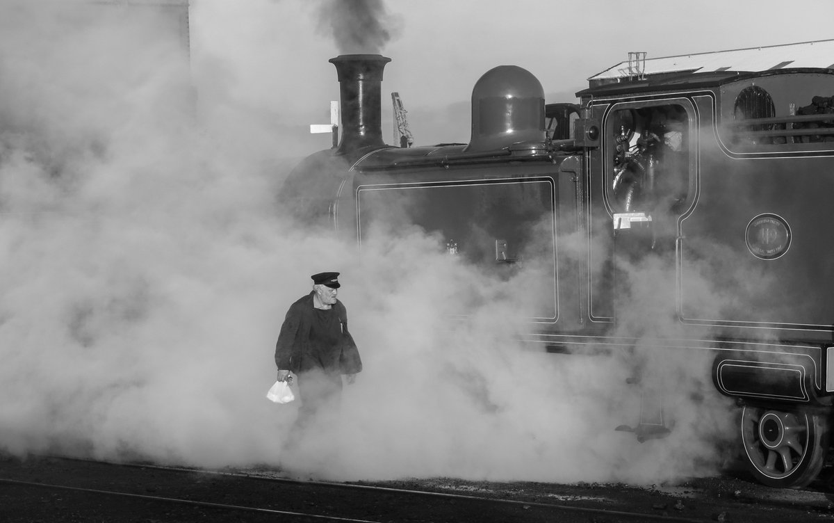test Twitter Media - RT @SirHectorMunro: Walking through steam on the way to work @bonessrailway  #autumnsteamgala @srpssteam https://t.co/vXNAwkfJPZ