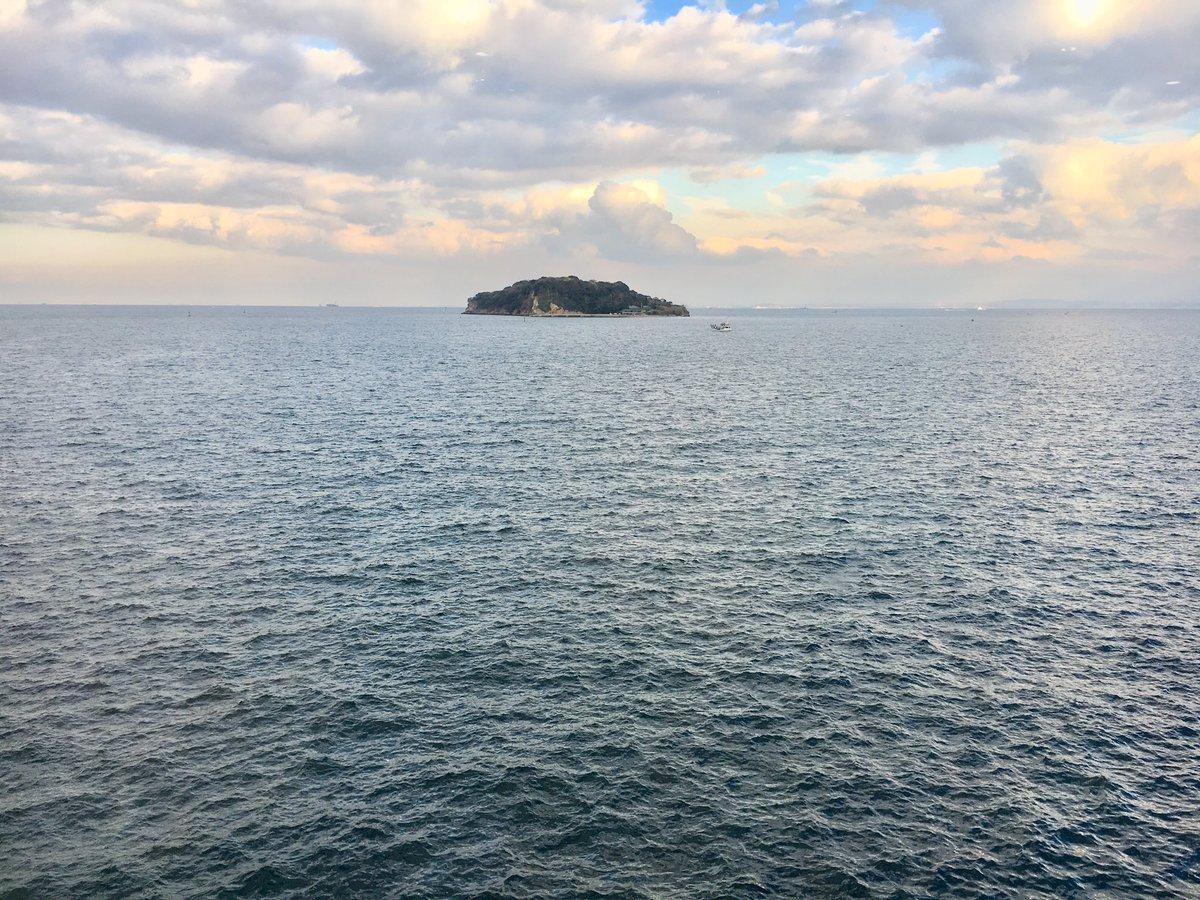 【今日の横須賀沖の海】午後、ショッピングモールの展望室から眺めた横須賀の海。晴天だが雲が多く、風に波が立っていた。猿島近くには、小型の釣船が停泊して釣りをしていた。 https://t.co/BS6GWHcfVi