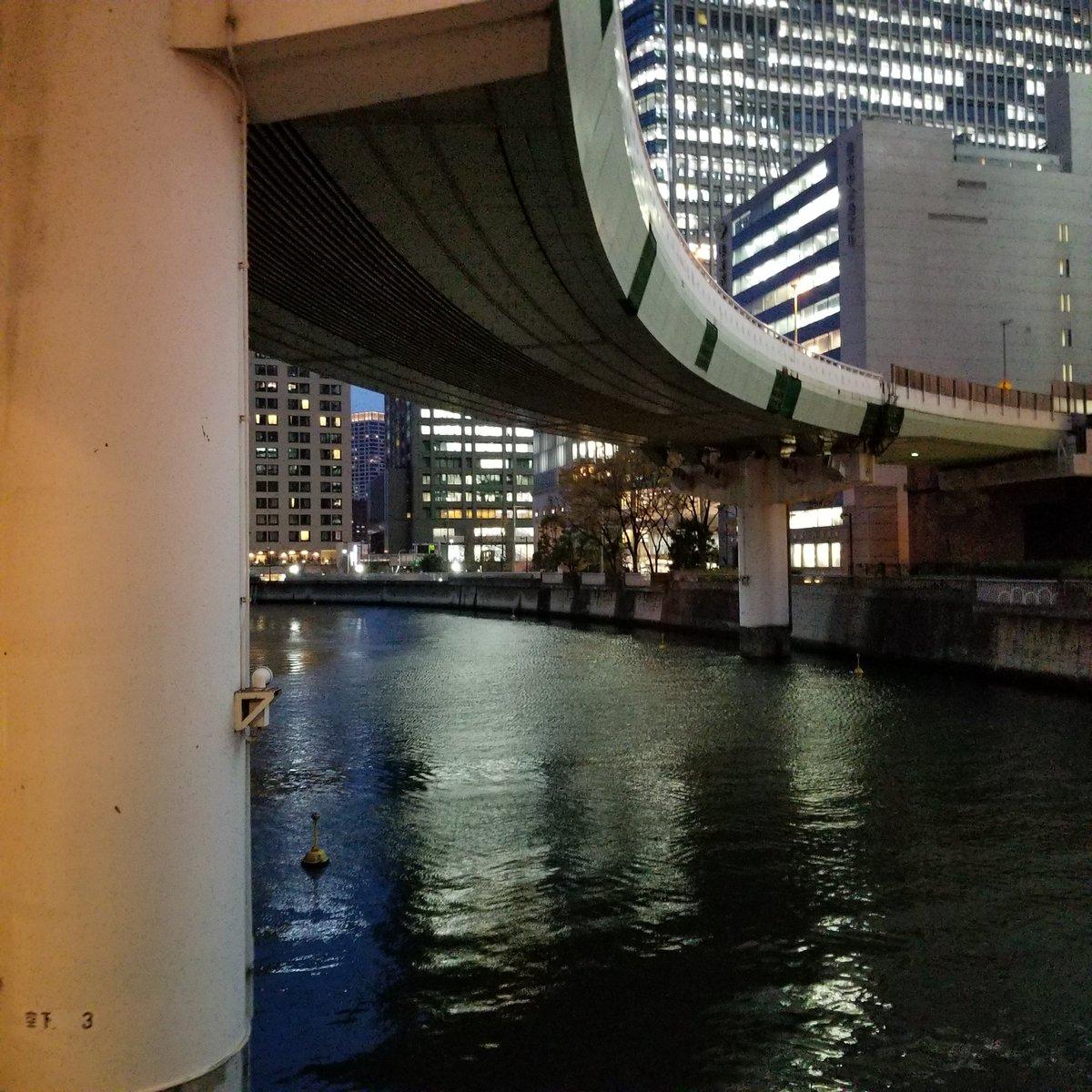 何だかシーバスが釣れそうな大阪駅?梅田駅?近くの河。 https://t.co/KwGBvol3jt
