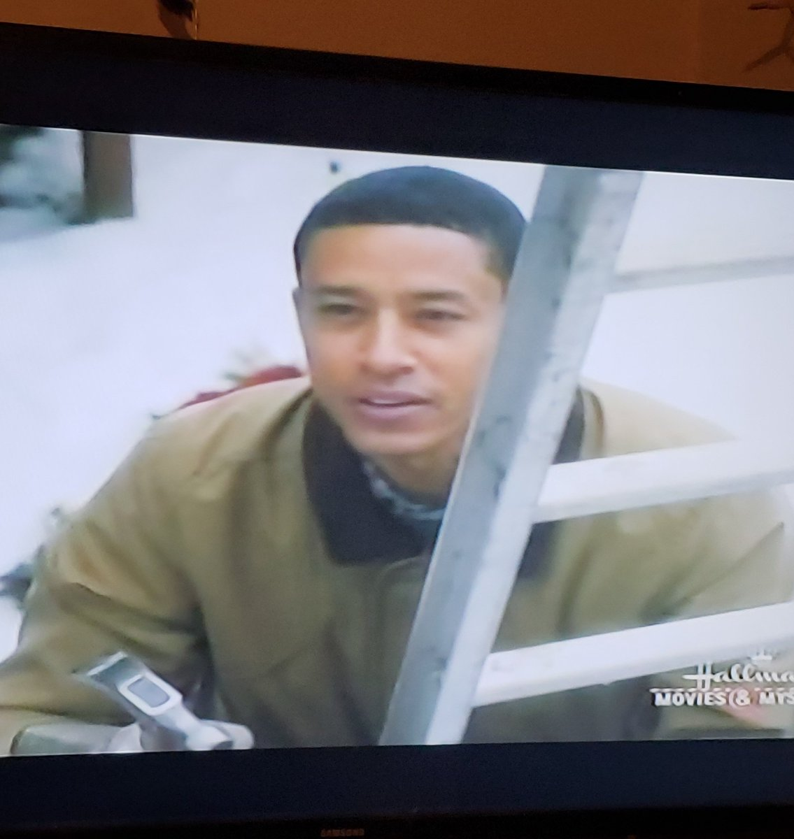 RT @MzErikaBoopz: ???????????? #MemoriesOfChristmas   He didn't have to bang so early doe @hallmarkmovie @ChristinaMilian https://t.co/Lk5XhvJRmF