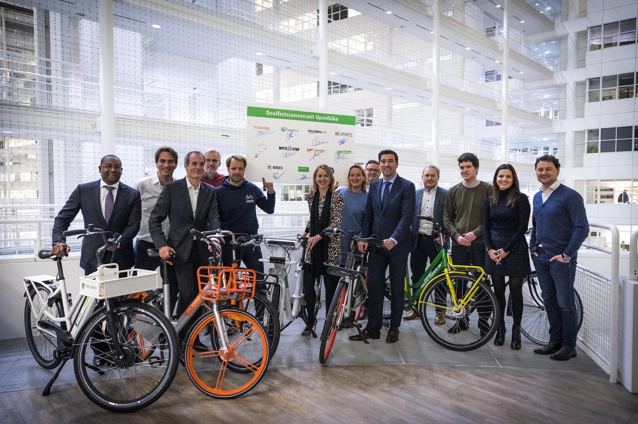 """Elf aanbieders van deelfietsen ondertekenden vandaag in Den Haag het deelfietsconventant """"open bike"""". Hiermee moet het gebruik van deelfietsen nog makkelijker worden. @SvVeldhoven en @RvanAsten (namens 5 grote steden) zijn blij met deze samenwerking. https://t.co/gVKHDDp0TV"""