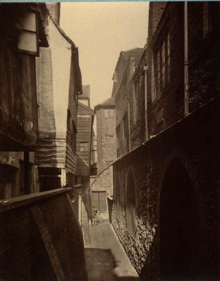In 1877 Cloth Fair was a narrow street and there was an alley up against the church and houses between the alley and Cloth Fair. See the arched windows in the lower right wall https://t.co/tJO5x0W3AE