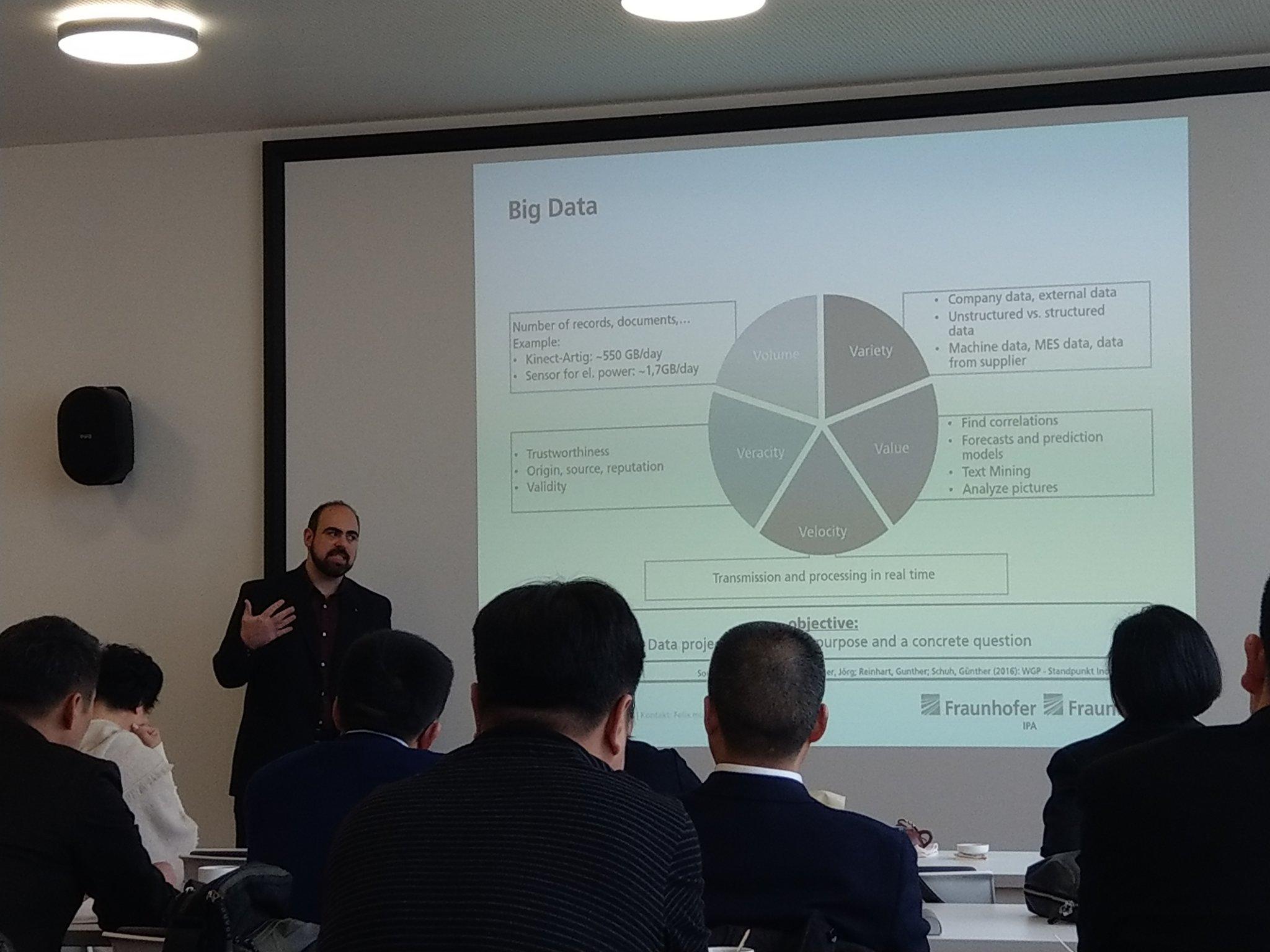 """Mein Kollege Eduardo #DataAnalytics u #MachineLearning Experte: """"nicht #BigData, am @Fraunhofer_IPA propagieren wir #SmartData"""": 1. Intelligenz dort wo die Daten sind 2. Lokal wenn möglich global wo nötig 3. Methoden um Qualität zu messen -> Neue Produktionskennzahl Datenqualität https://t.co/kdde9CrW1F"""