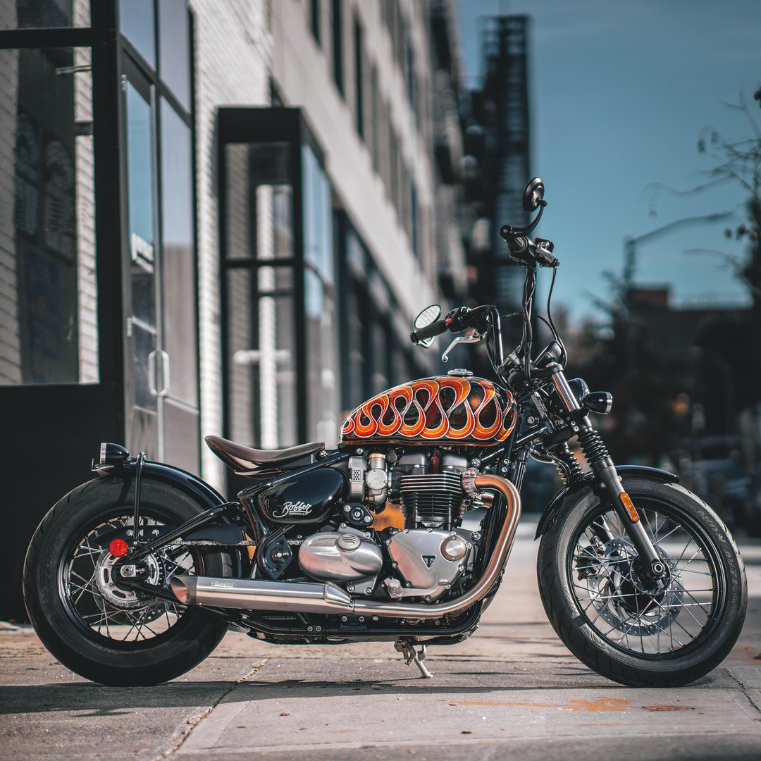 The Triumph Brooklyn custom Bonneville Bobber. Be sure to stop by for a look in person! Paint @bluemoonkustoms Photo @marks_nyc_moto https://t.co/TRgQbyKkYK