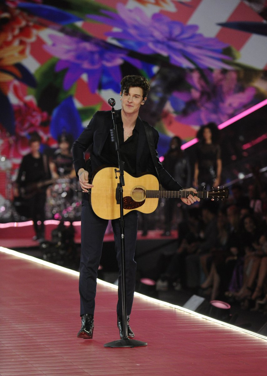 RT @GMA: Anyone else just *melt* at @ShawnMendes' voice? #VSFashionShow    https://t.co/u4W2yD0445 https://t.co/EX0TDEYsRd