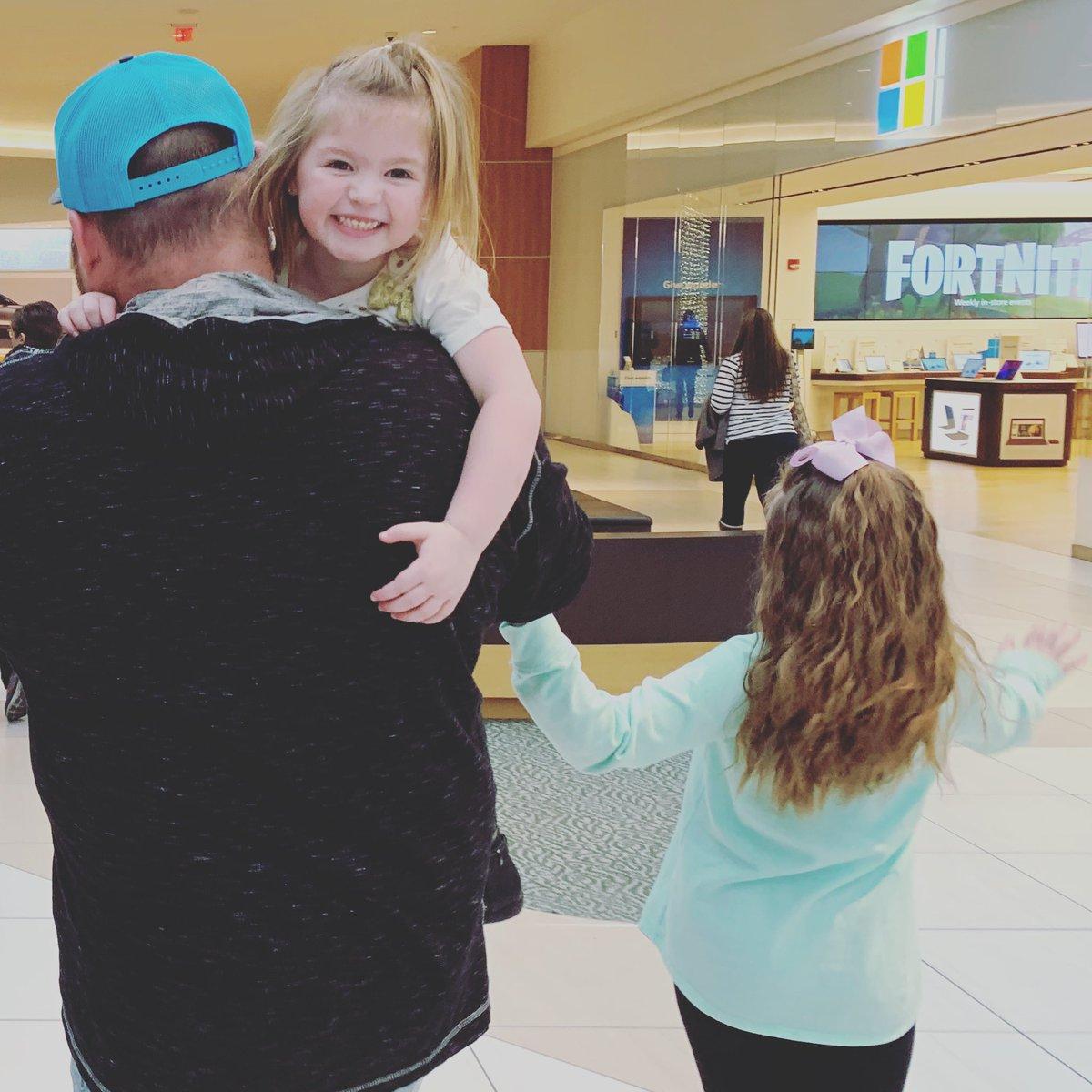 RT @krissyK01: @ItsGaryTime and his beautiful girls! 💙💚❤️ https://t.co/SvklXAhz0M
