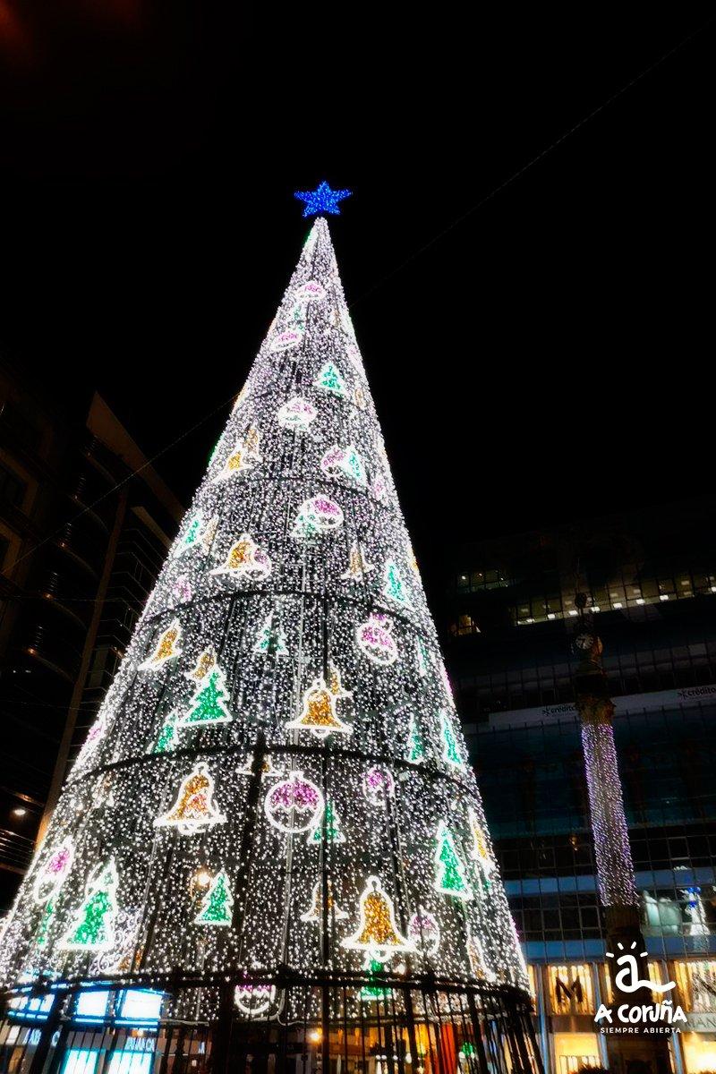 ¡Qué bonita nuestra ciudad engalanada para la Navidad! Un espectáculo brillante de luz y color 😊  #VisitaACoruña #SiempreAbierta #ACoruña https://t.co/jXe5xXKf30