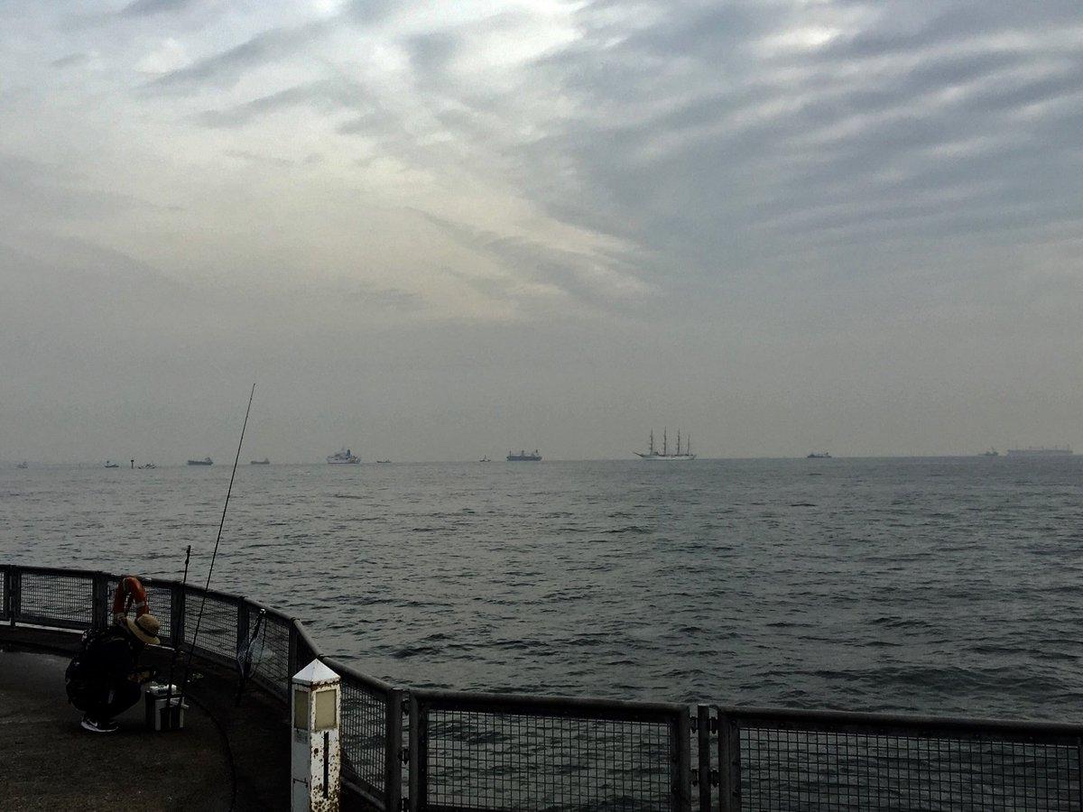 帆船 日本丸  12/7、8:45 頃 横浜港・ 本牧埠頭 海釣り桟橋にて撮影 https://t.co/G5z7CPyOyS