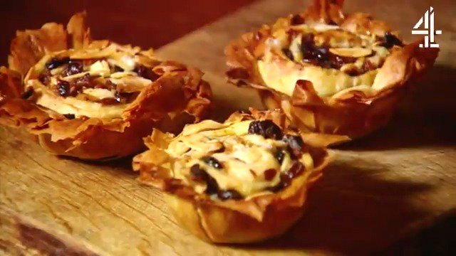Mince Pies...love them or hate them? ????  #ChristmasRecipe #MincePies https://t.co/TZNyDdy6Zt