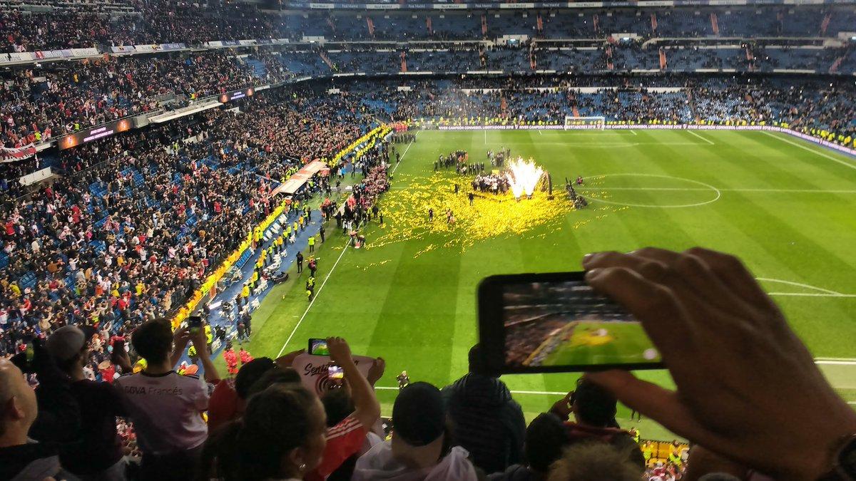 test Twitter Media - Los hinchas de River hacen fotos a los campeones #FinalLibertadores #Bernabéu 🏆 https://t.co/oEjlOpr5kO