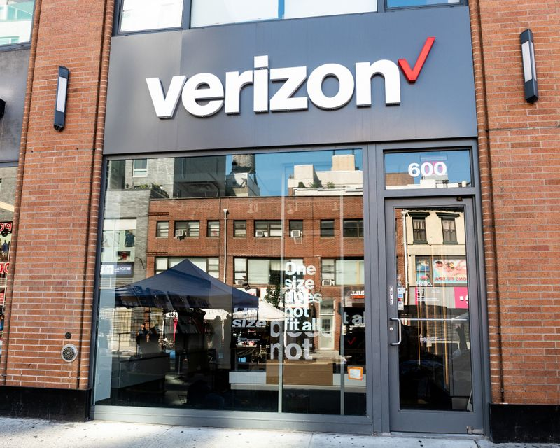 Verizon unloads 10,000 employees, with 60 weeks' pay https://t.co/XgfrFuXOZg https://t.co/jwKFxGEs8e