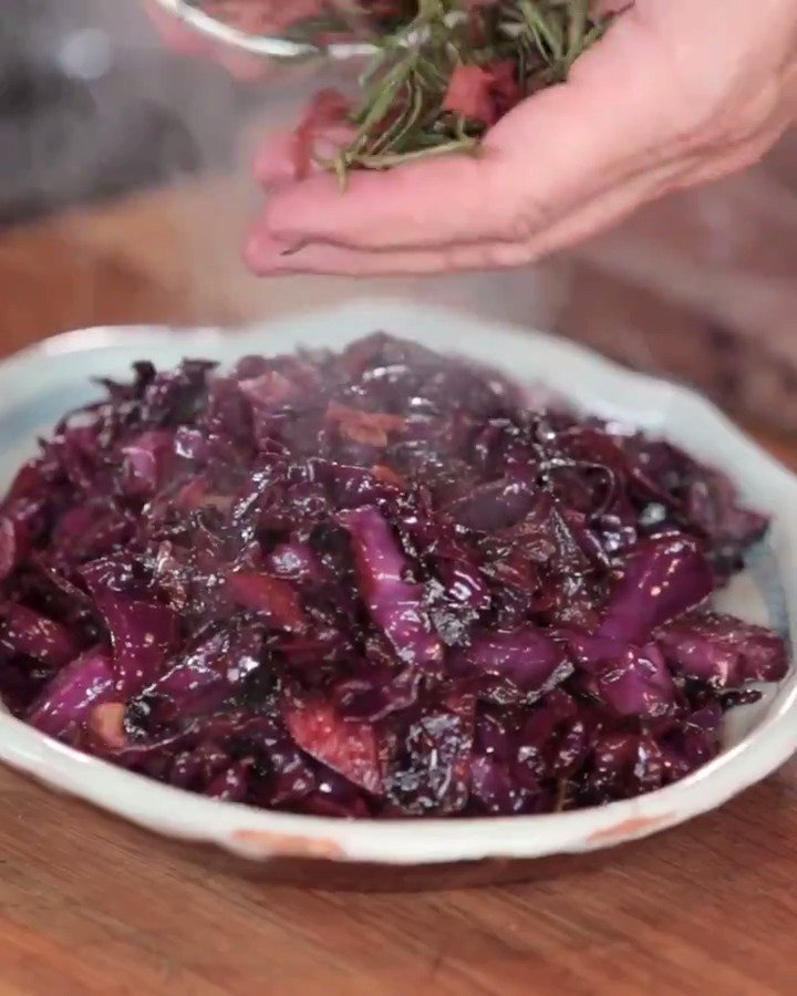 One to add to your #ChristmasDay menu... ????   You'll never want to eat red cabbage any other way! #ChristmasRecipe https://t.co/nd7gqIV4I0