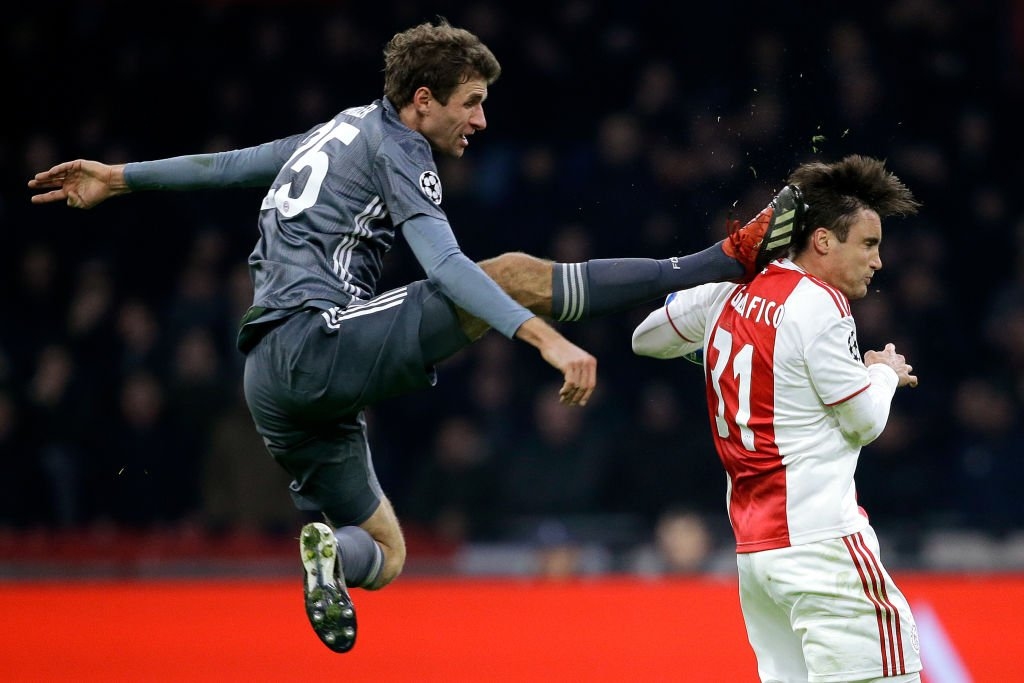 RT @TheAthleticSCCR: How Thomas Müller earned his red card in #AJAFCB. (Photo by Erwin Spek/Soccrates/Getty Images) https://t.co/83PaYlLIDo
