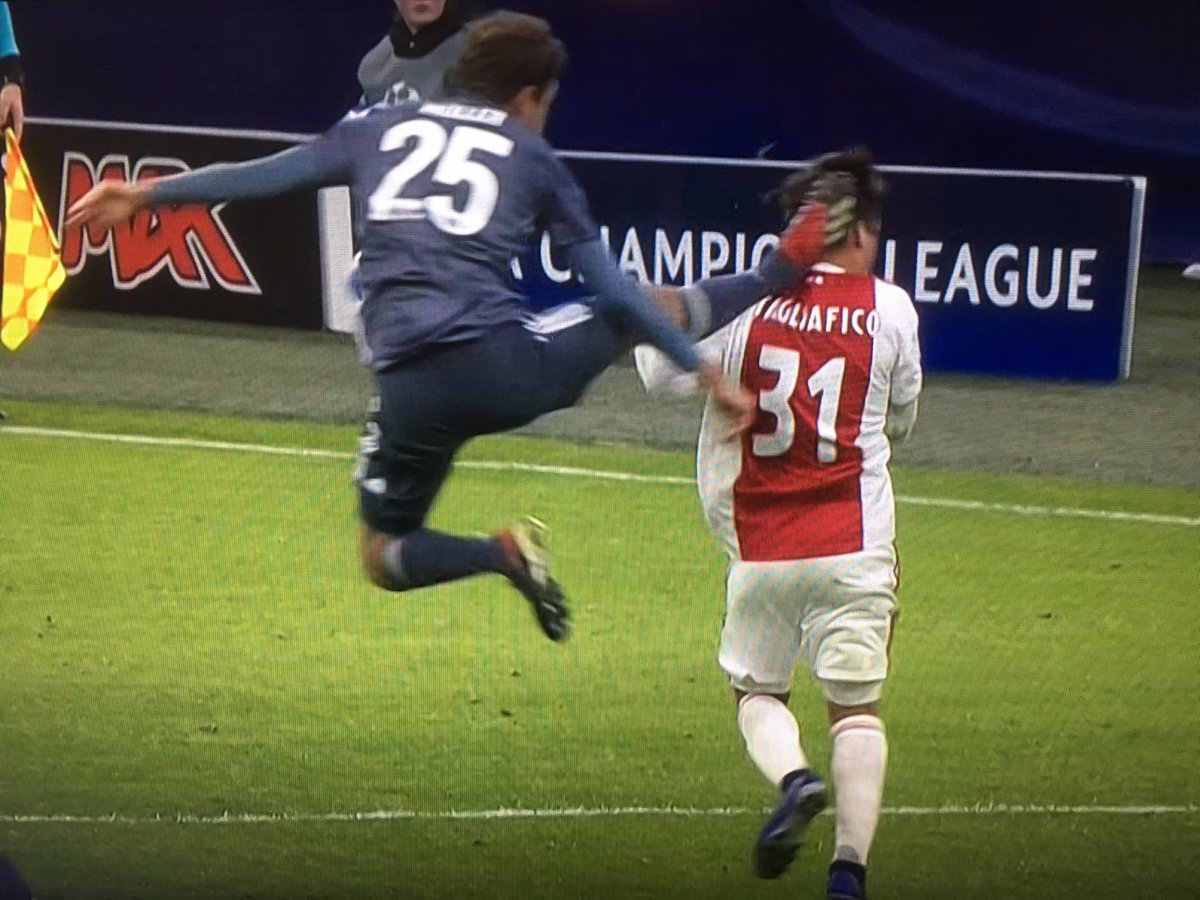 RT @442oons: Red card for Muller absolutely MULLERING someone 😱😱😱 https://t.co/uMfA7zay0s