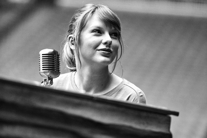 My queen just turned 29   Happy birthday Taylor Swift