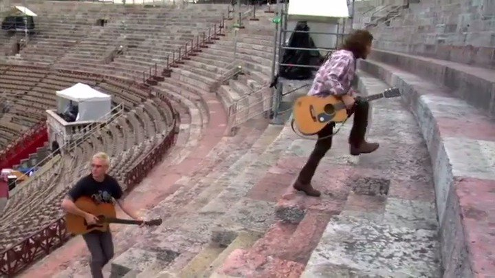"""Get in the holiday spirit. """"Let Me Sleep (It's Christmas Time)"""" live from Verona, Italy (9/16/2006). #12DaysOfPJ #PearlJam https://t.co/slzssJq17e"""