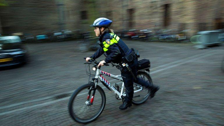 test Twitter Media - Assenaar sleurt 'in shock' politiefiets mee onder auto https://t.co/LFQKVWd02k https://t.co/JWQr3GK4xa