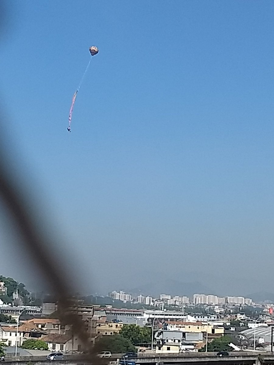 Balão enorme caindo próximo ao são Januário @bandnewsfmrio @LeiSecaRJ https://t.co/HGZmn5wiSY