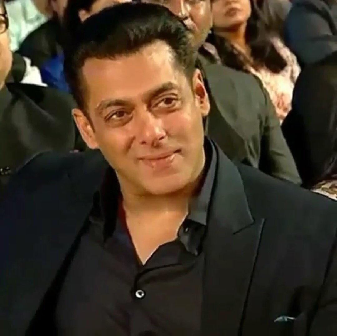 RT @Beings_HS: @BeingSalmanKhan while at the #StarScreenAwards2018 😃 https://t.co/3FPaHf18W8
