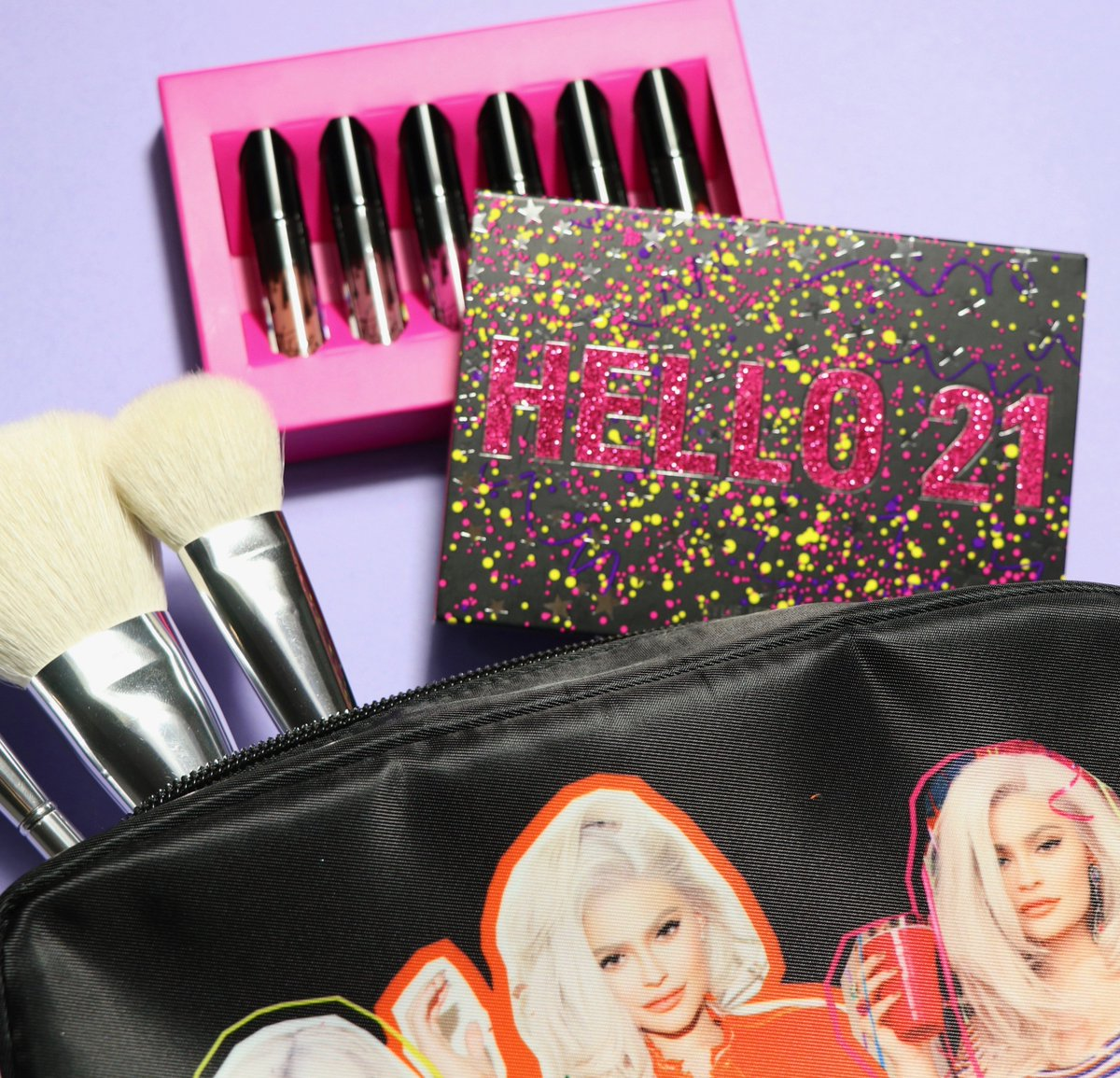 today you get a FREE makeup bag when you spend $100 or more! https://t.co/bDaioh0mLn @kyliecosmetics https://t.co/aAU7ONQRQo