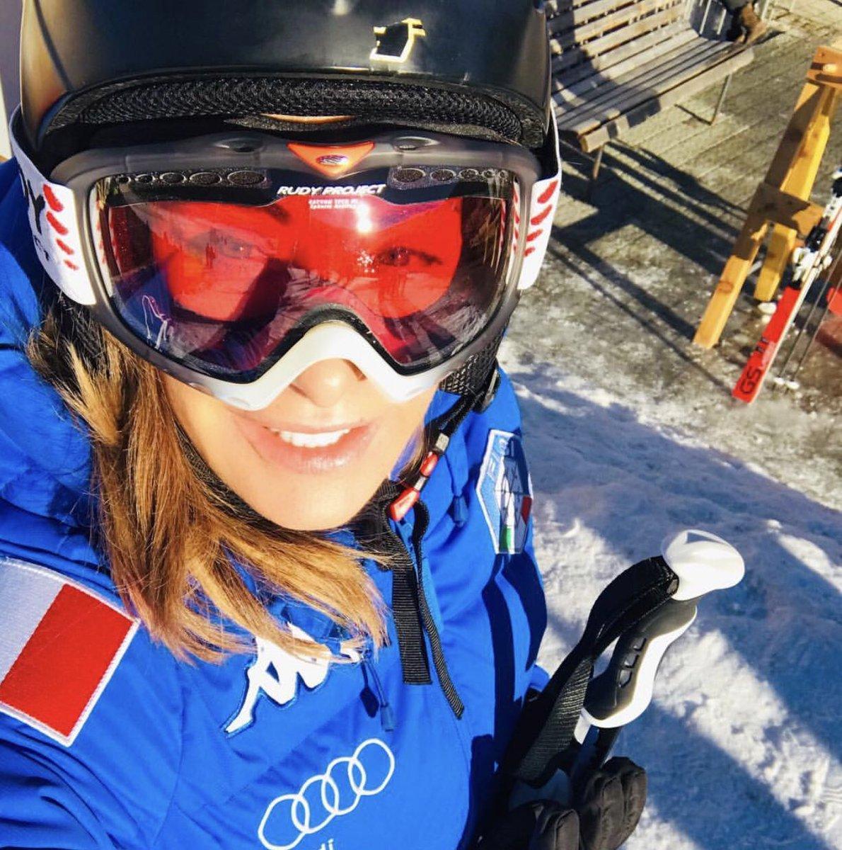 What a sunny day !! #sunnyday #mountains #snow #sabrinasalerno #holiday ☃️❄️ https://t.co/KfTXtcGbSX
