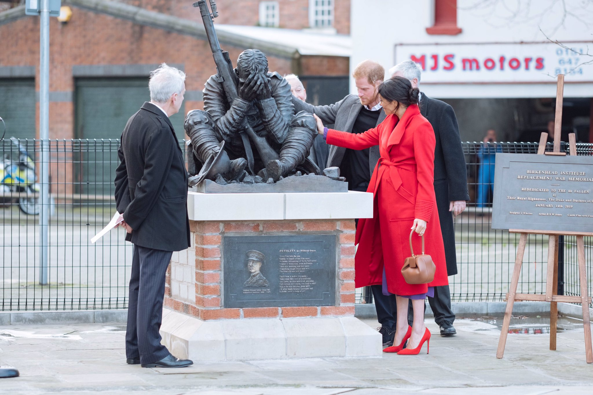 The Duke and Duchess of Sussex view a new sculpture erected at Hamilton Square in November to mark the 100th anniversary of Wilfred Owen's death. #RoyalVisitBirkenhead https://t.co/3KoB8H92VR