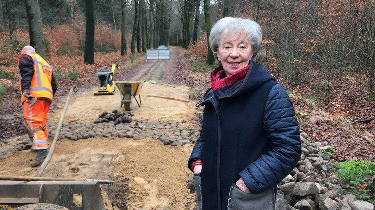 test Twitter Media - Honderden vierkante meters keienstrook in de bossen bij Echten worden hersteld in de dagen voor de vorst invalt. Dat is noodzakelijk omdat over twee maanden de Ronde van Drenthe er overheen moet https://t.co/yqUUcXzn3I https://t.co/9sBclF5h7o