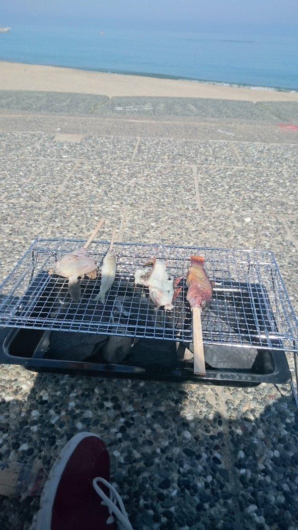 [鳥取 賀露]番外〜海釣り編〜 賀露で釣りをして、そのまま網焼き。味付けは塩と醤油でかぶりつき。 おむすびを持って、自然をいただきま~す! こんなこともできるんですよ、そう鳥取ならね。。  #鳥取 #賀露 https://t.co/ffXr0ug0Qk