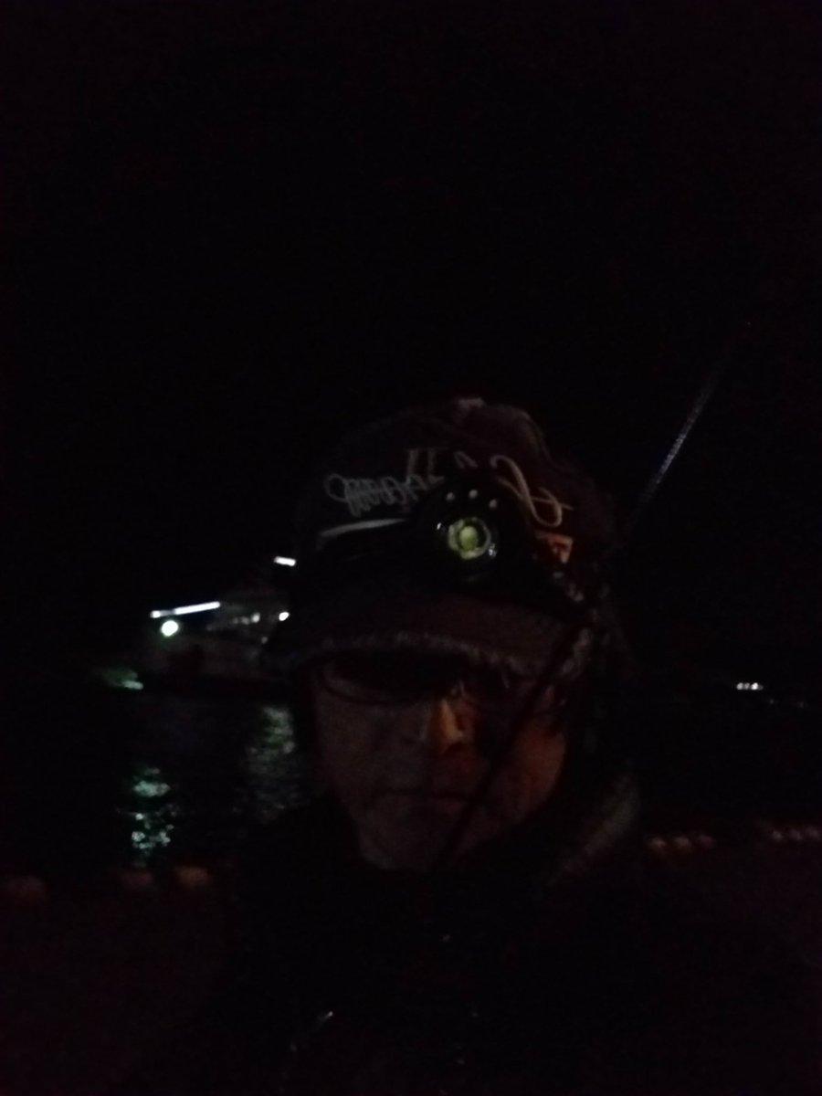 闇夜に紛れて初釣り 毎年恒例になった初釣りで海にきています。モノノケが跋扈する中に紛れて体力の続く限り釣りをします。 釣れるのはアジやメバルです。  数分で寒さで痺れてモノノケに連れていかれないギリギリの初釣りです(^-^; ….。 https://t.co/85956uVrac