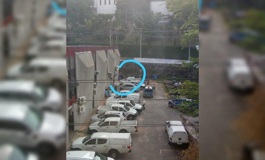 Carro roubado capota em estacionamento na Avenida ACM e bandido é socorrido. Leia mais: https://t.co/j0HVQR2Yd1 https://t.co/jL6EoJWBSV