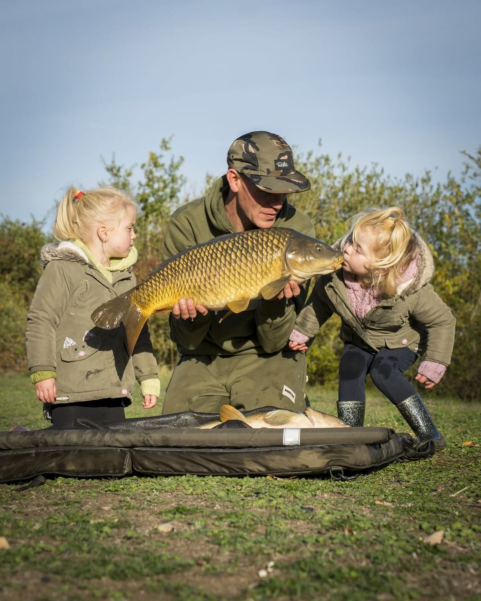 Sharing the moment 👨�👧�👧<b>🎣</b>🙂 @alanblairurbanbanx #nashtackle #carpfishing #n