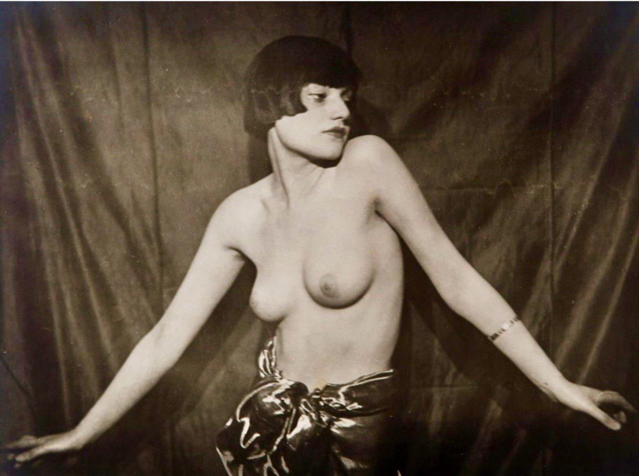 Man Ray - Brogna Perlmutter, 1924 https://t.co/Ns2wkj3Uw3