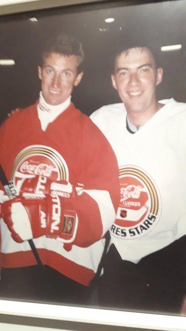 Bonne fête au plus grand des plus grands et c est pas le gars a droite Happy 58th birthday Wayne Gretzky