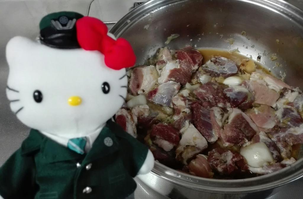 test ツイッターメディア - 京阪キティ「今日の夕食は、頂き物の猪肉の唐揚げや🐗 昼過ぎから、生姜や玉ねぎ、キウイで下味つけてるんやで〜🍖 タントみどりは、これから、相撲中継聞きながら揚げるんやて😋」 https://t.co/PnEObqdW0B